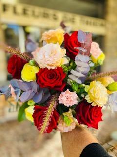 Confectionné avec des fleurs de saison, issue de production française dans le var. Au gré des arrivages et de l'inspiration je confectionne avec attention différents bouquets, au choix de vos envies, de vos couleurs, de vos émotions, des évènements. Plusieurs tailles possibles S, XL , XXL, Fleurs utilisée en ce moment : Rose, Lys, Renoncule, Anémone, Lisianthus, Eucalyptus, Alstroméria, Tulipe, Panicum, Pennisetum, Oeillet de poète, Oeillet, Rose de Jardin, Rose branchue...